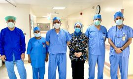 في عملية استغرقت أربع ساعات : فريق طبي بتخصصي الدمام ينهي معاناة طفلة في عملية هي الأولى من نوعها في العالم لطفلة