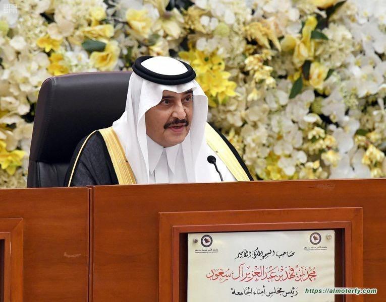 الأمير محمد بن فهد يطمئن على صحة الطالب الذي تعرض لعارض صحي اثناء القاءه كلمة الخريجين