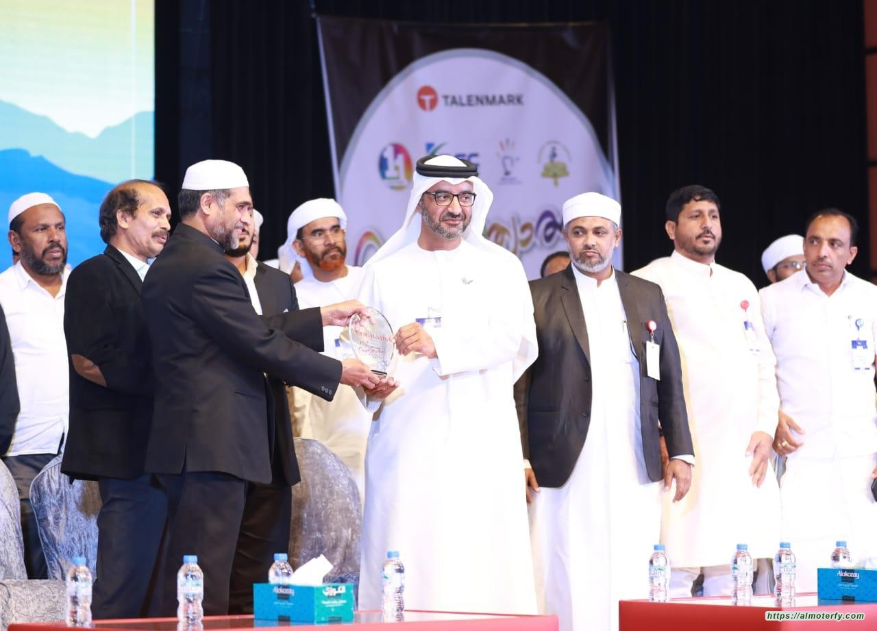 """خالد الظنحاني """"الشخصية المكرمة"""" في المهرجان الدولي للمواهب الهندية."""