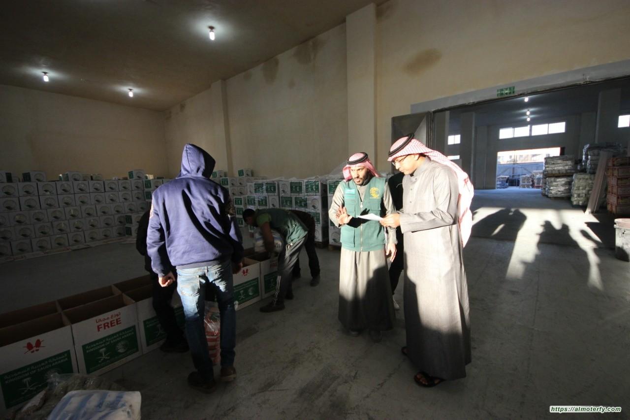 القائم باعمال السفارة السعودية في الأردن يقوم بزيارة تفقدية لمشروع مركز الملك سلمان لتوزيع السلال الغذائية