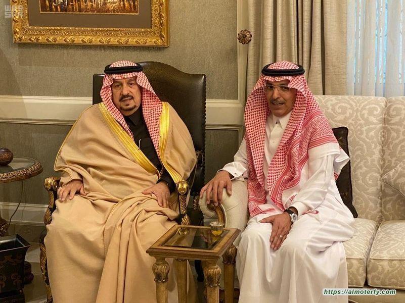 سمو الأمير فيصل بن بندر يعزي وزير المالية في وفاة أخيه
